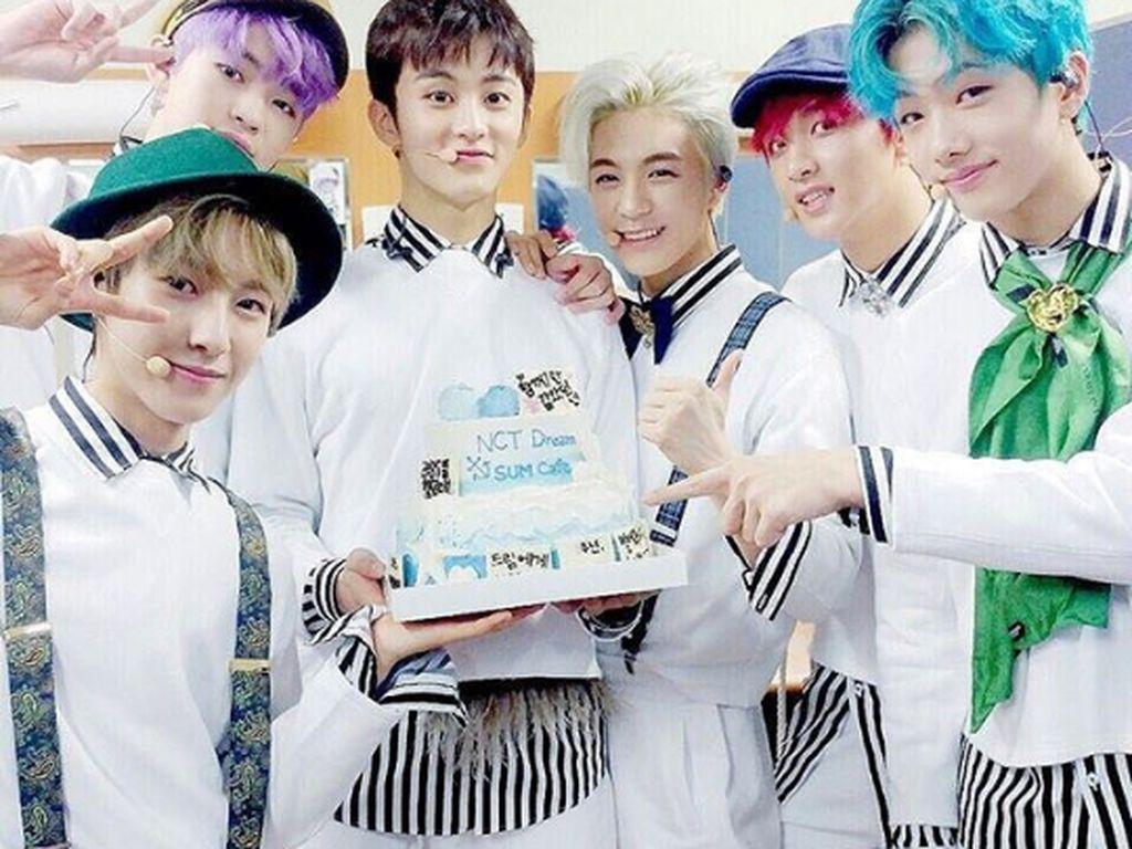 Pose sambil memegang kue ulang tahun berwarna biru ini pertanda sebagai anniversary boyband mereka yang ke 1 tahun. Foto: Instagram @NCT_Dream