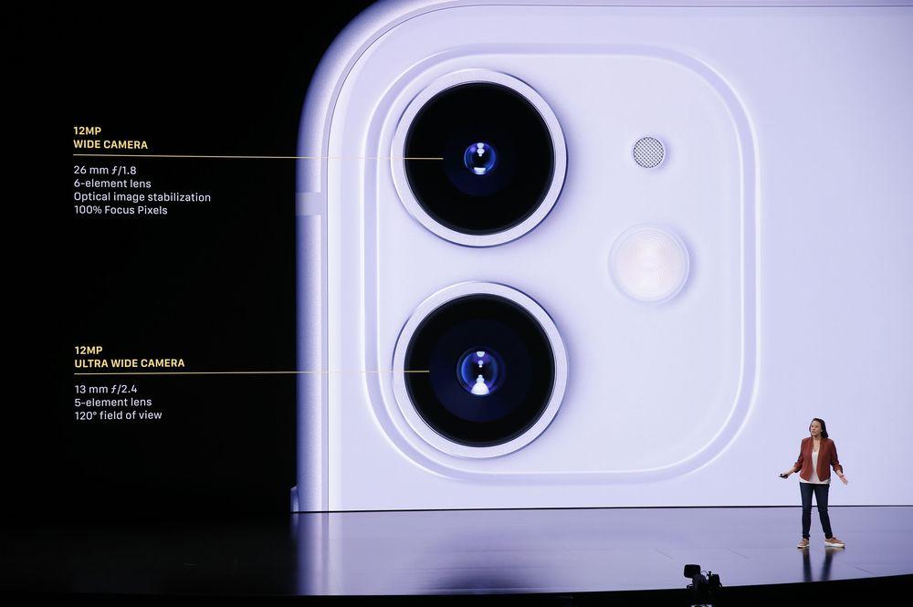 Dalam iPhone 11, terdapat kamera belakang ganda yang dua-duanya beresolusi sebesar 12 MP untuk wide angle dengan aperture f/1.8, sedangkan kamera keduanya mempunyai aperture f/2.4dengan flash yang diklaim 36% lebih terang. iPhone 11 akan hadir dalamenam warna pastel. (REUTERS/Stephen Lam)