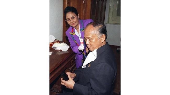 BJ Habibie pada 21 Mei 1998 tengah menjawab telepon genggamnya. Saat itu ia baru saja menjabat sebagai presiden dan tengah bersiap-siap untuk berpidato untuk kali pertama di depan publik. Di pidatonya Habibie berjanji untuk meneruskan reformasi. (AFP PHOTO/AGUS LOLONG)