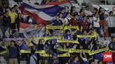 Suporter Thailand berpesta di GBK tanpa intimidasi dari pendukung Indonesia yang pada laga sebelumnya sempat menyerang suporter Malaysia. (CNN Indonesia/Adhi Wicaksono)