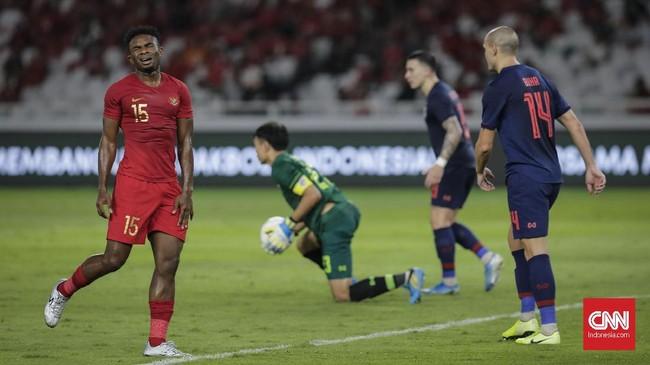 Striker naturalisasi Indonesia asal Nigeria, Osas Saha, menjalani debut di babak kedua dan berakhir dengan kekalahan. (CNN Indonesia/Adhi Wicaksono)