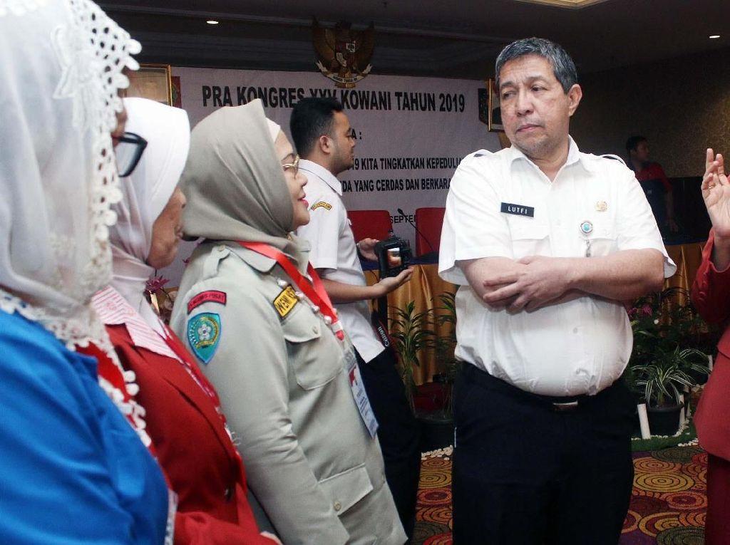 Ketua Kongres Wanita Indonesia (Kowani) Giwo Rubianto (kedua kanan) Direktur Organisasi Kemasyarakatan Kementerian Dalam Negeri Lutfi (tengah) berbincang dengan ketua organisasi perempuan saat acara Pra Kongres XXV Kowani di Jakarta, Rabu (11/9/9).