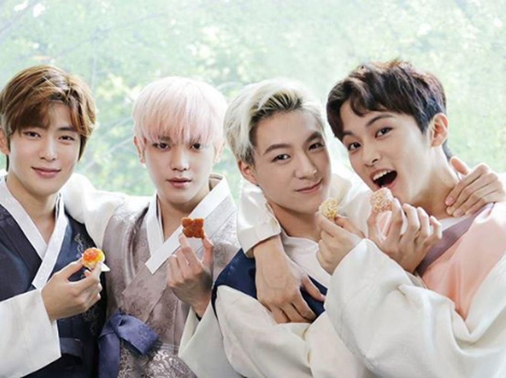 Taeyong, Jaehyun, Mark, dan Jeno berpose menggemaskan sambil memegang kue mungil yang ingin disantap. Foto: Instagram @NCT_Dream