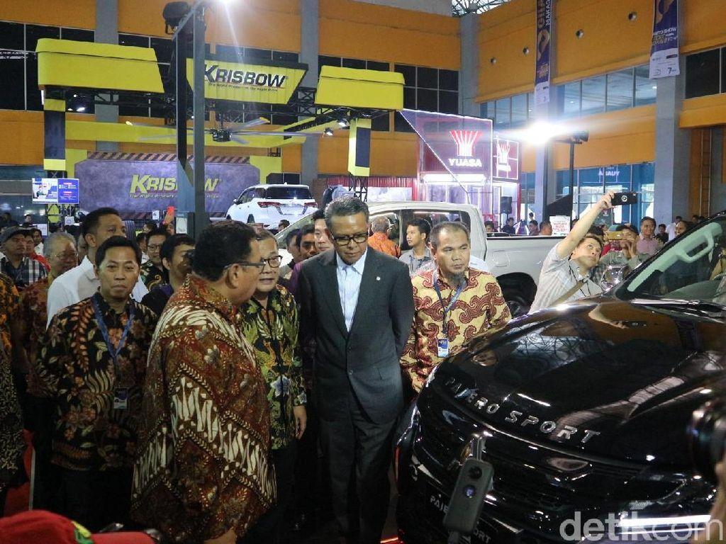 Gubernur Sulsel Nurdin Abdullah nampak berkeliling arena pameran setelah pembukaan GIIAS Makassar 2019 yang digelar di Celebes Convention Center, Rabu (11/9/2019). Dadan Kuswaraharja/Dok. Detikcom.