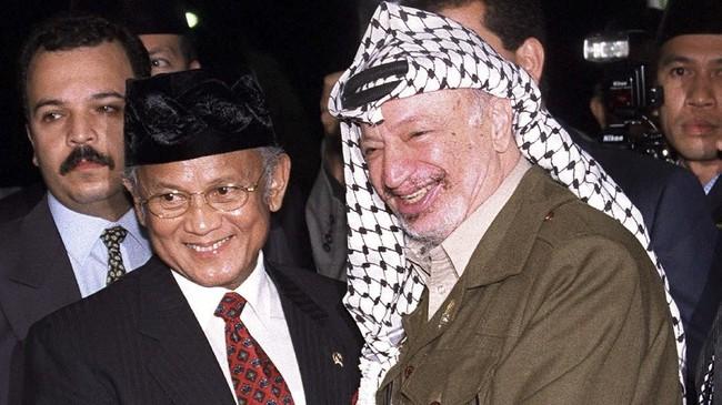 BJ Habibie ketika menyambutpemimpin Palestina Yasser Arafat di Bandara Halim Perdanakusumah.Habibie pada 1998 sempat menjadi wapres mendampingi Soeharto,lalu kemudian menduduki posisi nomor satu di Indonesia setelah Soeharto lengser. (AFP PHOTO)