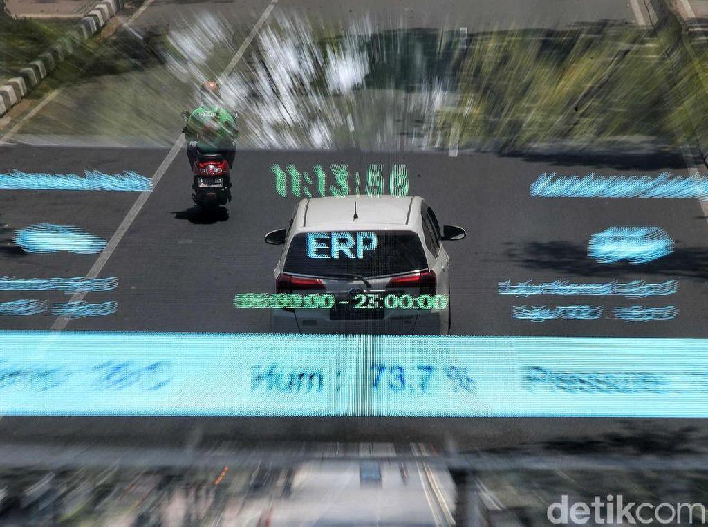 Sejumlah kendaraan melintas di kawasan yang rencananya akan menerapkan sistem ERP.
