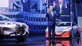 CEO BMW Oliver Zipse berbicara soal dua mobil masa depan di depan para tamu VVIP di Frankfurt, Jerman. (Uwe Anspach/dpa via AP)