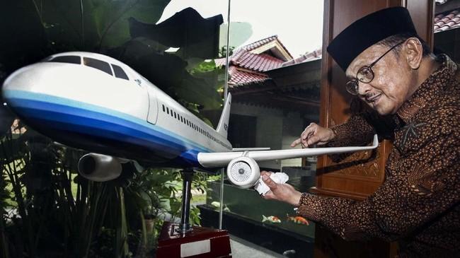 Presiden RI ke-3 Burhanudin Jusuf Habibie semasa hidupnya memiliki spesialisasi keilmuan konstruksi pesawat terbang.Pada 1995 ia berhasil memimpin pembuatan pesawat N250 Gatot Kaca yang merupakan pesawat buatan Indonesia pertama. (Detikcom/Hasan Alhabshy)