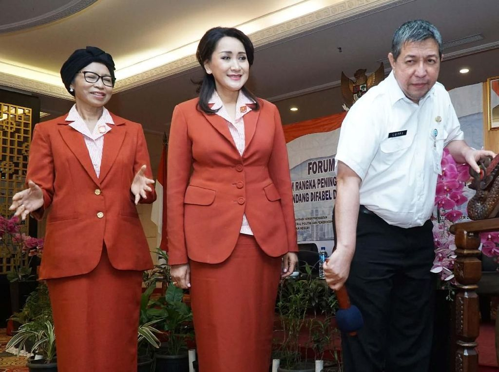 Ketua Kongres Wanita Indonesia (Kowani) Giwo Rubianto (tengah) dan Sekretaris Jenderal Kowani Ibu Titien Pamudji (kiri) menyaksikan Direktur Organisasi Kemasyarakatan Kementerian Dalam Negeri Lutfi (kanan) memukul gong saat membuka Pra Kongres XXV Kowani di Jakarta, Rabu (11/9/9).