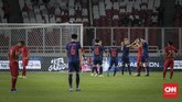 Gawang Andritany Ardhiyasa tiga kali jebol lewat dua gol Supachok Sarachat dan satu gol lainnya dari Theerathon Bunmathan. (CNN Indonesia/Adhi Wicaksono)