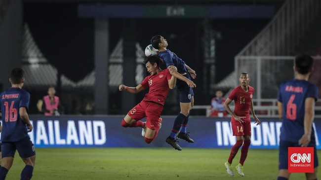 Sempat bermain cukup solid di babak pertama, pertahanan Indonesia yang digalang Hansamu dan kawan-kawan hancur lebur di babak kedua. (CNN Indonesia/Adhi Wicaksono)