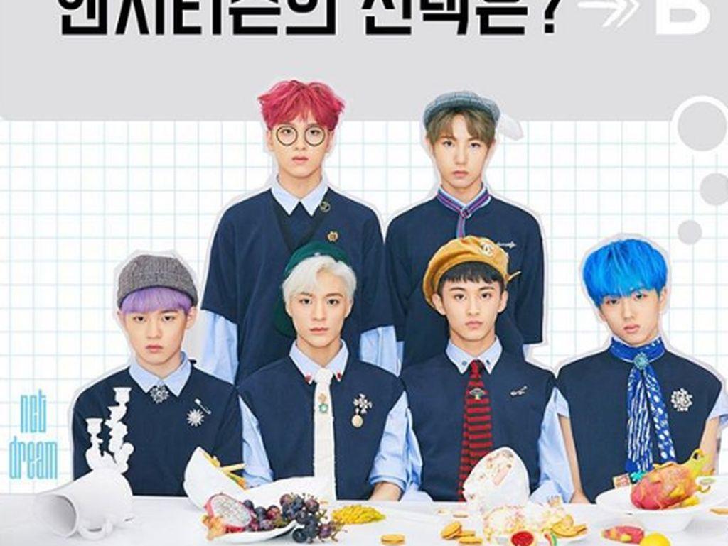 Ini formasi komplet dari semua anggota NCT Dream. Posenya dengan tatapan lurus dengan berbagai makanan di hadapannya. Foto: Instagram @NCT_Dream