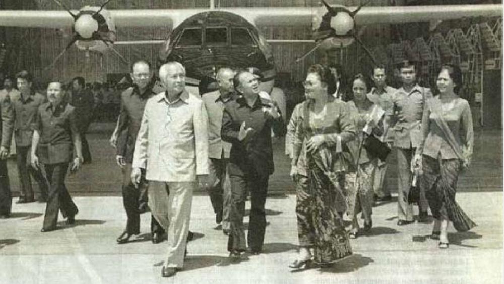 Ia pernah menjabat sebagai menristek, kepala otorita Batam, hingga puncak kariernya di pemerintahan sebagai presiden Indonesia yang ke-3. (Instagram Bj Habibie)