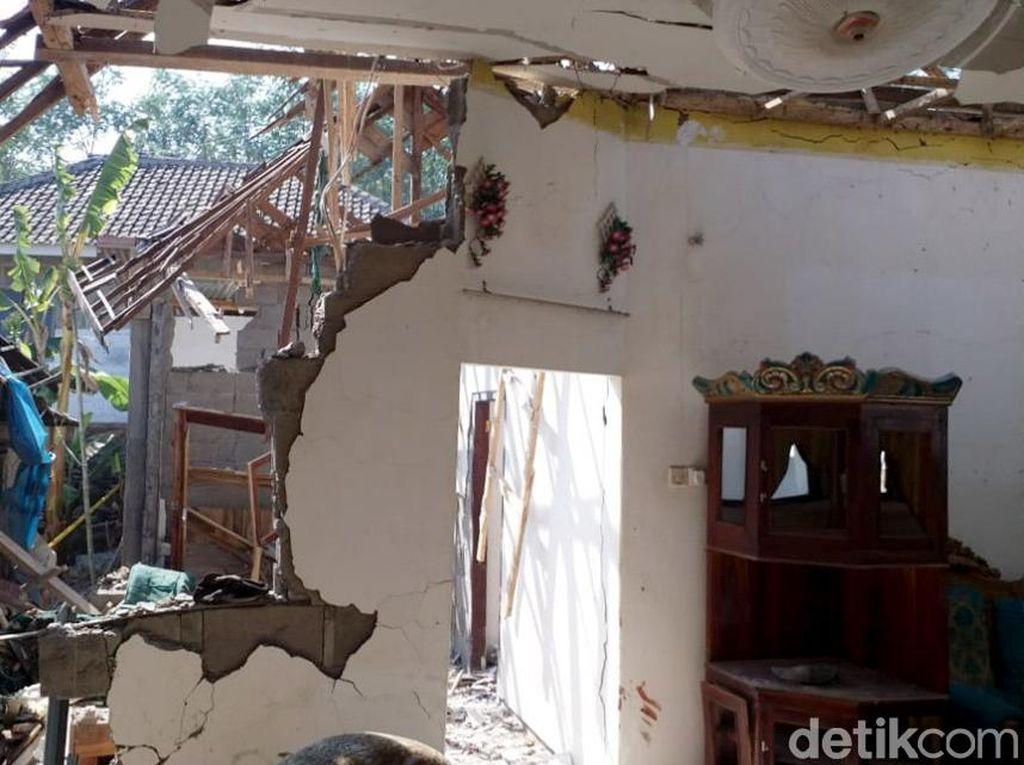 Tak cuma rumah korban, rumah tetangga di samping kanan dan kirinya pun juga mengalami kerusakan.