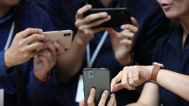 Kamera depan iPhone 11 bisa merekam video 4k dan slow motion dengan 36 percent flash lebih cerah. (Justin Sullivan/Getty Images/AFP)