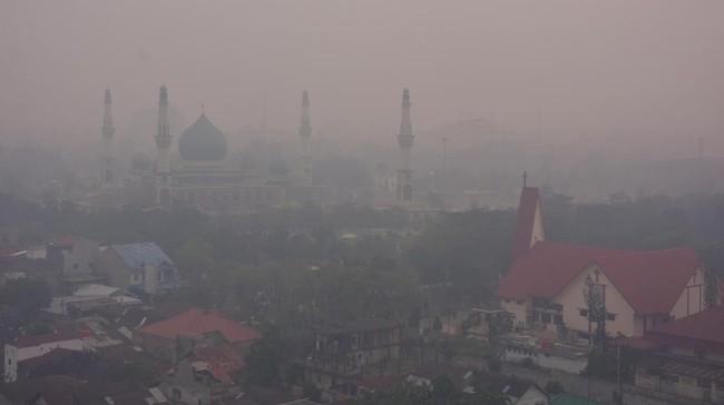 Kota Pekanbaru, Riau berwarana kelabu karena asap pekat kebakaran hutan dan lahan (karhutla). Tampak Masjid Raya An-Nur yang terihat samar-samar tertutup kabut asap. (ANTARA FOTO/FB Anggoro)