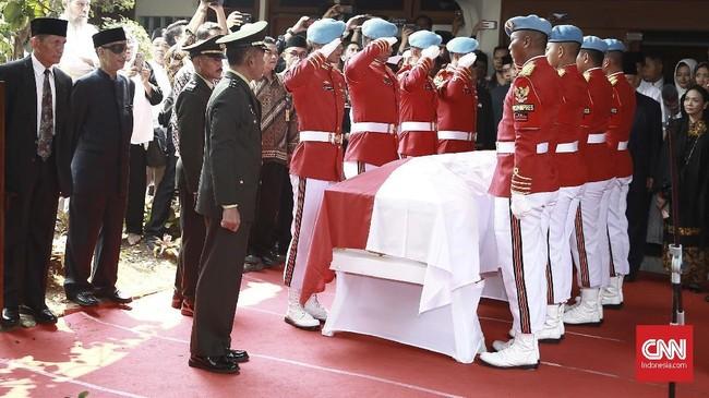 Pemerintah menetapkan masa berkabung nasional tiga hari untuk BJ Habibie. Selain menjabat sebagai Presiden ke-RI, serta Wakil Presiden ke-7 RI, Habibie juga pernah menjadi Menristek pada 1978-1998. (CNN Indonesia/Andry Novelino)