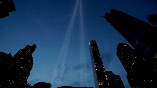 Instalasi cahaya 'Tribute in Light' menyinari langit Manhattan untuk memperingati 18 tahun tragedi 9/11 di New York, (10/9) waktu setempat. (Photo by Don Emmert / AFP)