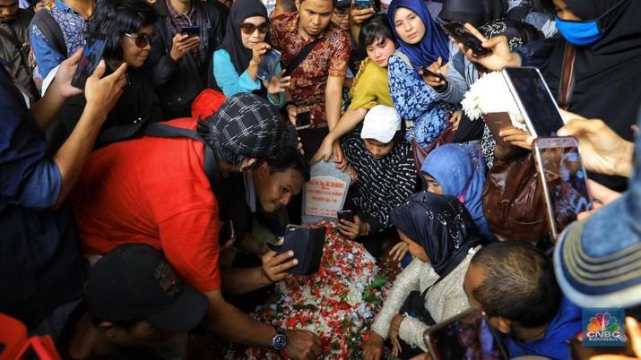 Pemandangan itu ditemui selepas upacara militer pemakaman BJ Habibie selesai.