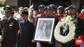 Jenazah Presiden ke-3 RI BJ Habibie diserahkan kepada negara dengan upacara militer di rumah duka pada Kamis (12/9). Habibie meninggal pada Rabu kemarin, petang, di RSPAD karena usia tua dan terjadi penurunan fungsi organ-organ. (CNN Indonesia/Andry Novelino)