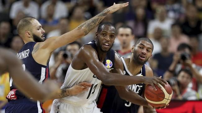 Small forward Amerika Serikat, Khris Middleton, mendapatkan penjagaan ketat dari dua pemain Prancis di perempat final Kejuaraan Dunia Basket FIBA 2019. (AP Photo/Ng Han Guan)