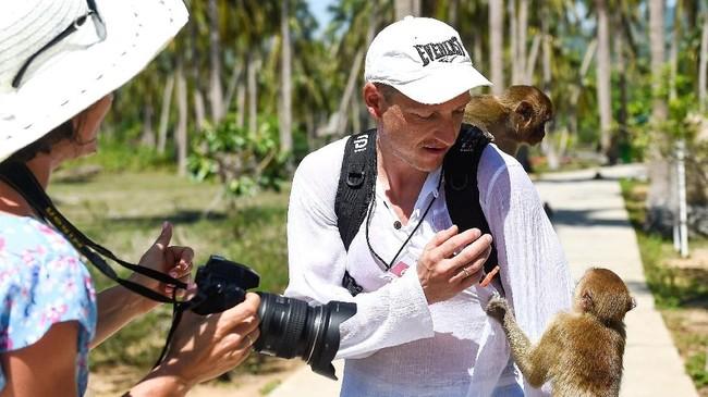 Di Pulau Monyet pengunjung dapat naik gajah atau burung unta, melihat beruang dan harimau yang berkostum tampil di sirkus, dengan harga tiket masuk yang murah. (AFP/Nhac Nguyen)