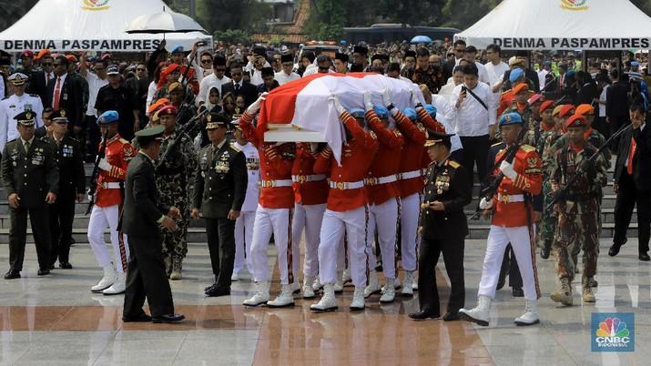 Jenazah Presiden ke-3 RI BJ Habibie telah dimakamkan di Taman Makam Pahlawan Nasional Utama Kalibata, Jakarta Selatan, Kamis (12/9/2019).