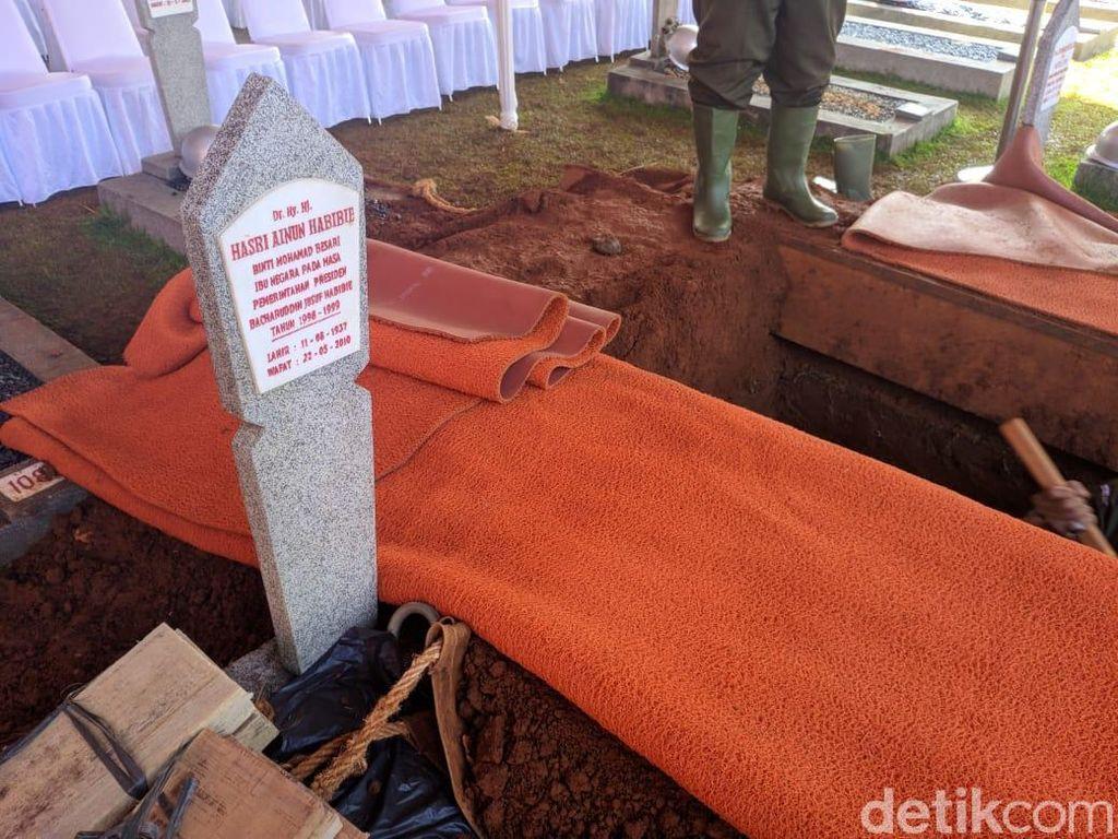 detikcom memantau suasana di lokasi pemakaman di TMP Kalibata, Jakarta Selatan, Kamis (12/9/2019) pagi. Sejumlah petugas tampak melakukan penggalian di calon makam Habibie. (Foto: Jefrie/detikcom)