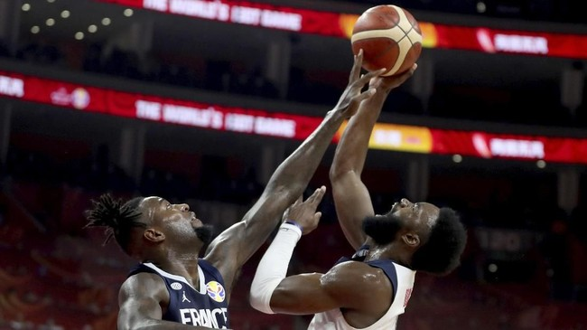 Power forward Prancis, Mathias Lessort, coba menahan tembakan shooting guard Amerika Serikat, Jaylen Brown, pada perempat final Kejuaraan Dunia FIBA 2019 di Dongguan, China, Rabu (11/9). (AP Photo/Ng Han Guan)