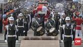 Personel Pasukan Pengamanan Presiden (Paspampres) mengusung peti jenazah BJ Habibie menuju ke liang lahat. Joko Widodo bertindak sebagai inspektur upacara yang memimpin prosesi pemakaman yang dilangsungkan secara militer. (CNN Indonesia/Adhi Wicaksono)