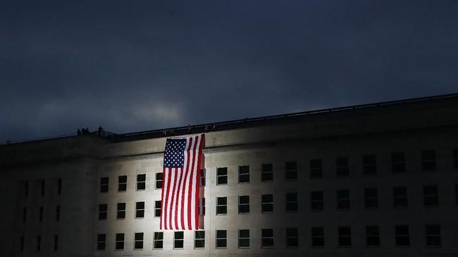 Kelompok Al Qaidah mengaku bertanggung jawab atas serangan itu. Hal ini menjadi landasan Presiden AS George Bush Jr., menyerbu Afghanistan yang disebut menjadi lokasi persembunyian mendiang pemimpin Al Qaidah, Osamah bin Laden. (AP Photo/Patrick Semansky)