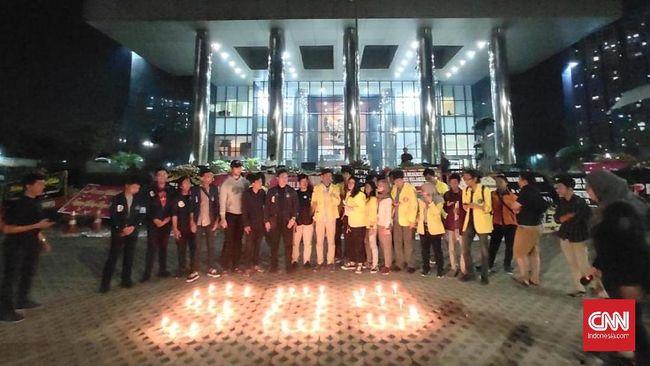 Tengah Malam, Mahasiswa Gelar Aksi di Depan Gedung KPK