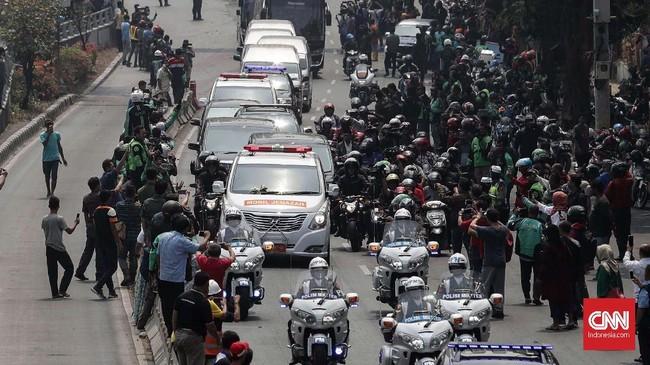 Iring-iringan jenazah BJ Habibie di kawasan Gatot Subroto, Jakarta. Selain di bidang ekonomi, BJ Habibie juga dikenal sebagai Bapak Teknologi Indonesia. Ia punya andil besar dalam kelahiran pesawat N-250 pada 1995 silam. (CNNIndonesia/Safir Makki)