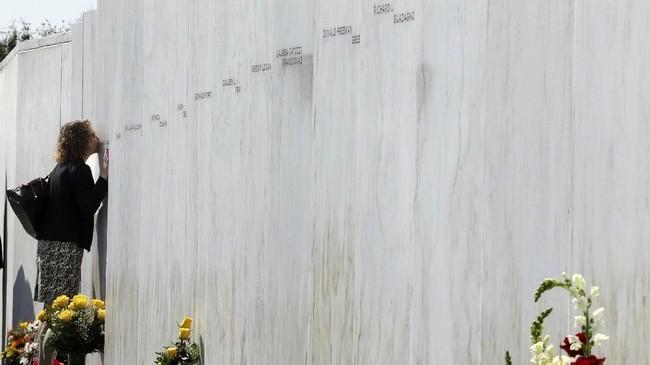 Upacara peringatan tragedi 9/11 juga dilakukan di Monumen Penerbangan 93 di Shanksville, Pennsylvania. Di monumen itu terpampang nama 40 korban pesawat United Airlines yang dibajak teroris dan jatuh. (AP Photo/Gene J. Puskar)