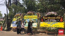 Untuk Kenangan, Warga Berebut Karangan Bunga Duka BJ Habibie