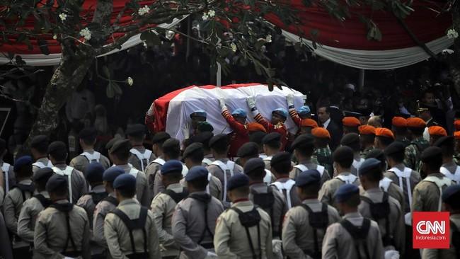 Di upacara pemakaman, Jokowi mengatakan Habibie adalah seorang negarawan sejati, inspirator, dan ilmuwan patut menjadi suri teladan. Indonesia, kata Jokowi, telah kehilangan putra terbaiknya. (CNN Indonesia/Adhi Wicaksono)