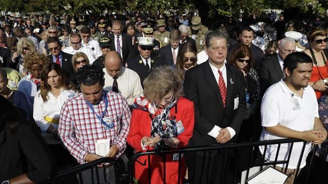Warga Amerika Serikat memperingati 18 tahun tragedi 9/11 di sejumlah tempat. Di Gedung Kemenhan AS (Pentagon) juga digelar upacara dan mengheningkan cipta. (AP Photo/Evan Vucci)