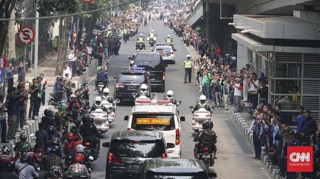 Suasana keberangkatan mobil jenazah Alm. BJ. Habibie menuju TMP Kalibata, Jakarta, Kamis(12/9). Habibie sendiri dimakamkan di TMP Kalibata di sebelah makam istrinya, Hasri Ainun. (CNN Indonesia/Daniela Dinda)