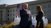 Presiden AS Donald Trump and Ibu Negara Melania Trump ikut menghadiri upacara peringatan tragedi 9/11 di Pentagon. (AP Photo/Evan Vucci)