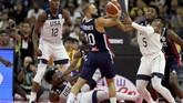 Point guard Amerika Serikat, Donovan Mitchell, memperebutkan bola dengan shooting guard Prancis, Evan Fournier, saat berlangsungnya perempat final Kejuaraan Dunia Basket FIBA 2019. (AP Photo/Ng Han Guan)