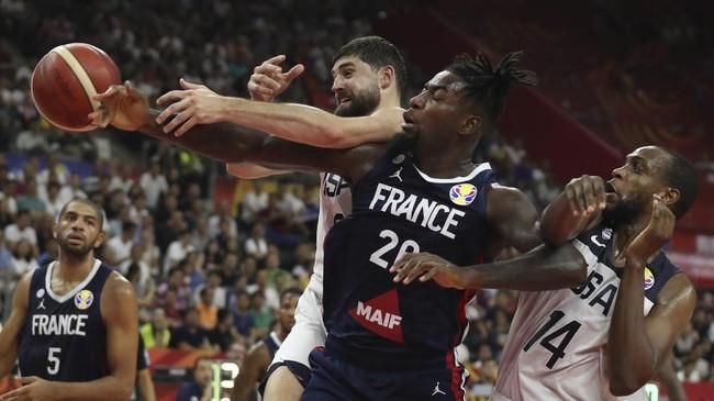 Power forward Prancis Mathias Lessort, memperebutkan bola dengan shooting guard Amerika Serikat Joe Harris saat tim Negeri Paman Sam takluk 79-89 di perempat final Kejuaraan Dunia Basket FIBA 2019. (AP Photo/Ng Han Guan)