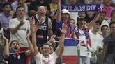 Suporter Prancis bersemangat memberikan dukungan kepada Rudy Gobert dkk saat menghadapi Amerika Serikat di perempat final Kejuaraan Dunia Basket FIBA 2019 yang berakhir dengan 89-79. (AP Photo/Ng Han Guan)