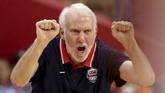 Pelatih Amerika Serikat, Gregg Popovich, memberikan arahan kepada anak asuhnya saat menghadapi Prancis pada perempat final Kejuaraan Dunia Basket FIBA 2019. AS disingkirkan Prancis dengan 79-89. (AP Photo/Ng Han Guan)