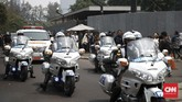 Masyarakat sekitar kawasan Kuningan, Jakarta, pun ikut melepas iringan jenazah Presiden ketiga BJ Habibie. Sepanjang jalan dari rumah duka di Kuningan hingga ke Kalibata dipadati oleh masyarakat. (CNN Indonesia/Andry Novelino)