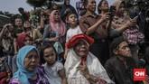 Sejumlah warga berdatangan untuk memberikan penghormatan terakhir kepada B.J. Habibie di TMP Kalibata. (CNN Indonesia/Bisma Septalisma)