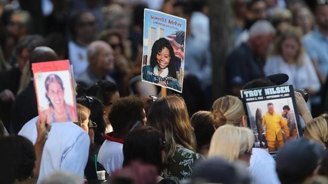 Setidaknya 2.753 orang tewas ketika pesawat American Airlines Flight 11 dan United Airlines Flight 175 menabrak Gedung WTC di kawasan Manhattan. (Spencer Platt/Getty Images/AFP)