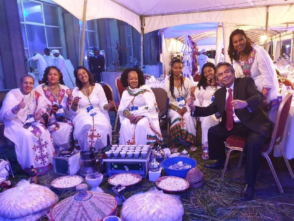 Duta Besar RI untuk Ethiopia, Djibouti dan Uni Afrika, Al Busyra Basnur, menghadiri undangan gala dinner Wali Kota Addis Ababa dalam rangka merayakan tahun baru Ethiopia 2012. Istimewa/Dok. KBRI Addis Ababa.