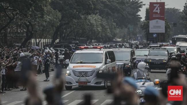 Kedatangan jenazah mantan presiden ke-3 RI, almarhum B.J. Habibie menuju Taman Makam Pahlawan Kalibata. Habibie sendiri meninggalkan dua putra yaitu Ilham Akbar dan Thareq Kemal. (CNN Indonesia/Bisma Septalisma)