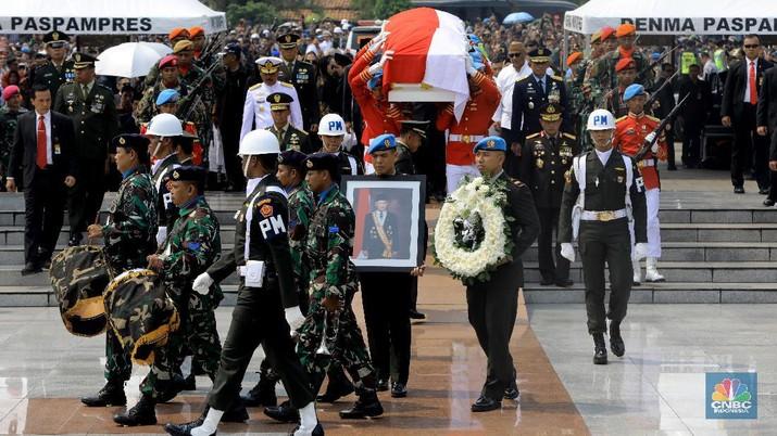 Suasana haru mewarnai upacara persemayaman Presiden ke-3 RI Baharuddin Jusuf Habibie.
