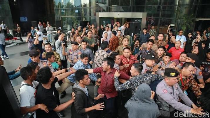 Demo Ricuh di KPK, Massa Paksa Masuk Lobi Gedung